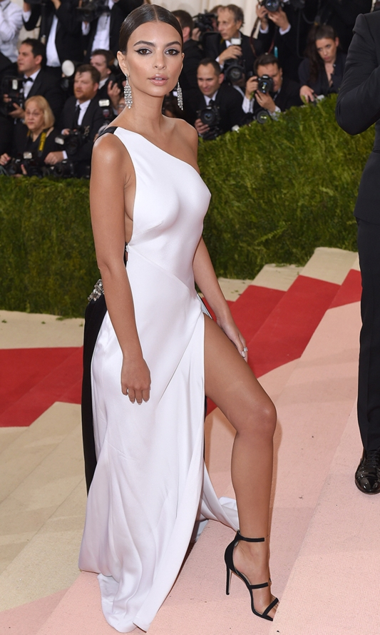 """NEW YORK, NY - MAY 02: Emily Ratajkowski arrives for the """"Manus x Machina: Fashion In An Age Of Technology"""" Costume Institute Gala at Metropolitan Museum of Art on May 2, 2016 in New York City. (Photo by Karwai Tang/WireImage)"""
