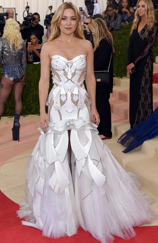 """NEW YORK, NY - MAY 02: Kate Hudson arrives for the """"Manus x Machina: Fashion In An Age Of Technology"""" Costume Institute Gala at Metropolitan Museum of Art on May 2, 2016 in New York City. (Photo by Karwai Tang/WireImage)"""