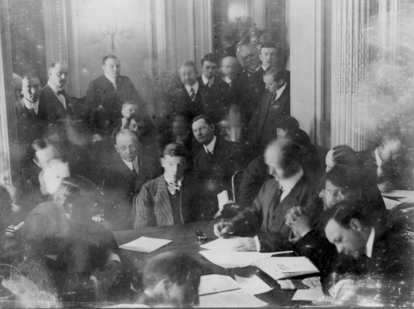 UNSPECIFIED - CIRCA 1754: Titanic disaster, 12 April 1912: USA Senate Investigating Committee questioning survivors at the Waldorf Astoria Hotel, New York. The wireless operator Harold Thomas Coffin being questioned, 29 May 1912. (Photo by Universal History Archive/Getty Images)
