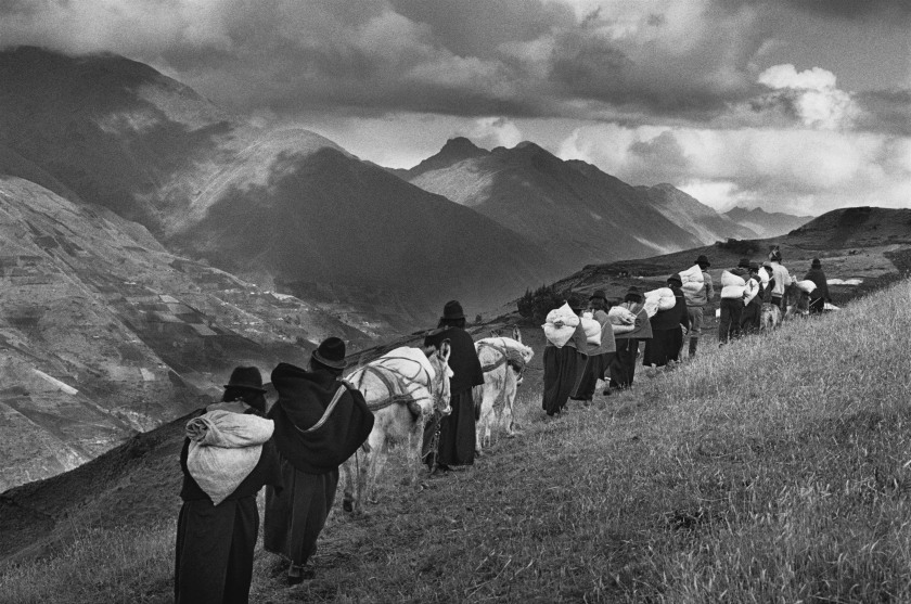 men having migrated to the cities, the women carry their goods to the market of Chimbote in Ecuador during 1998. (Sebastião Salgado/Amazonas Images)
