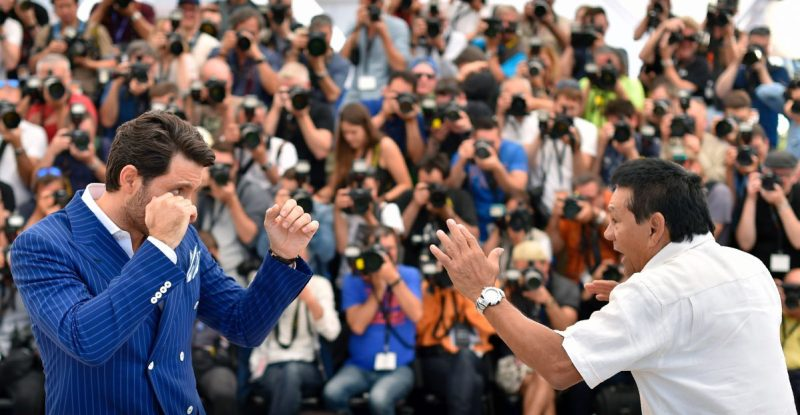 "TOPSHOT - Venezuelan actor Edgar Ramirez (L) and panamanian boxer Roberto Duran on May 16, 2016 during a photocall for the film ""Hands of Stone"" at the 69th Cannes Film Festival in Cannes, southern France. / AFP / LOIC VENANCE (Photo credit should read LOIC VENANCE/AFP/Getty Images)"