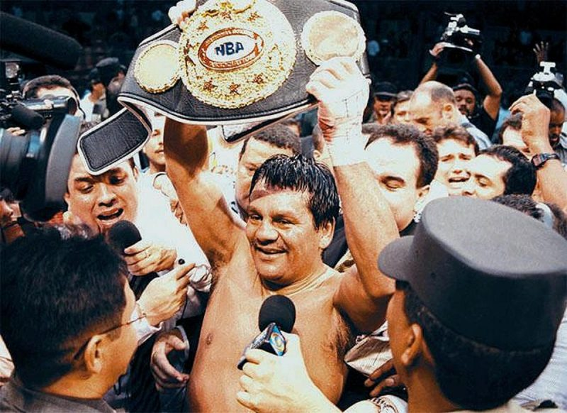 "PANAMA CITY, PANAMA: Four-time super middle-weight world champion Roberto ""Mano de Piedra"" Duran (C) from Panama holds the title belt after beating US challenger Pat Lawlor late 16 June, 2000, in Panama City. Duran won over Lawlor on a unanimous decision in twelve rounds in front of 12,000 people. AFP PHOTO / GUIDO BLANDON (Photo credit should read GUIDO BLANDON/AFP/Getty Images)"