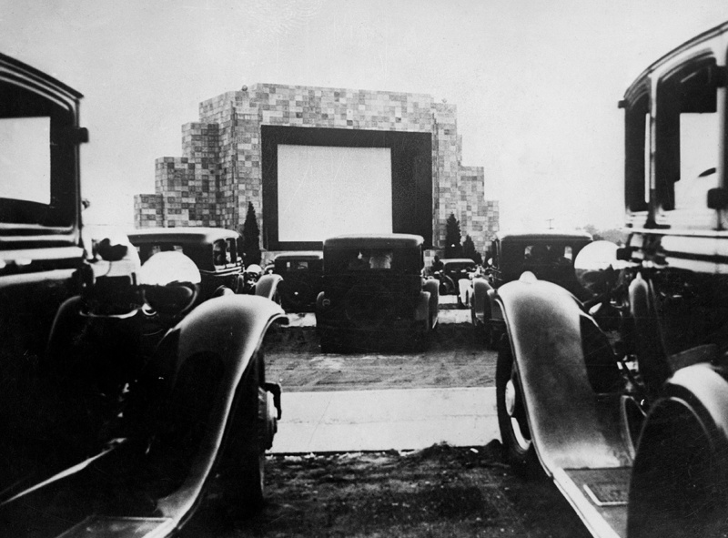 UNITED STATES - NOVEMBER 30: The Car Drivers Watching A Movie From Their Car In Los Angeles. (Photo by Keystone-France/Gamma-Keystone via Getty Images)