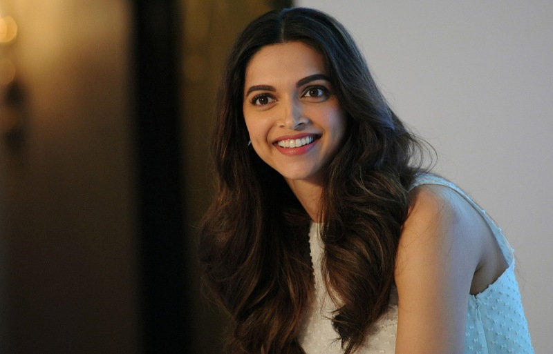 Indian Bollywood actress Deepika Padukone attends the launch of Axis Bank Indias mobile banking app in Mumbai on September 11, 2015. AFP PHOTO (Photo credit should read STR/AFP/Getty Images)
