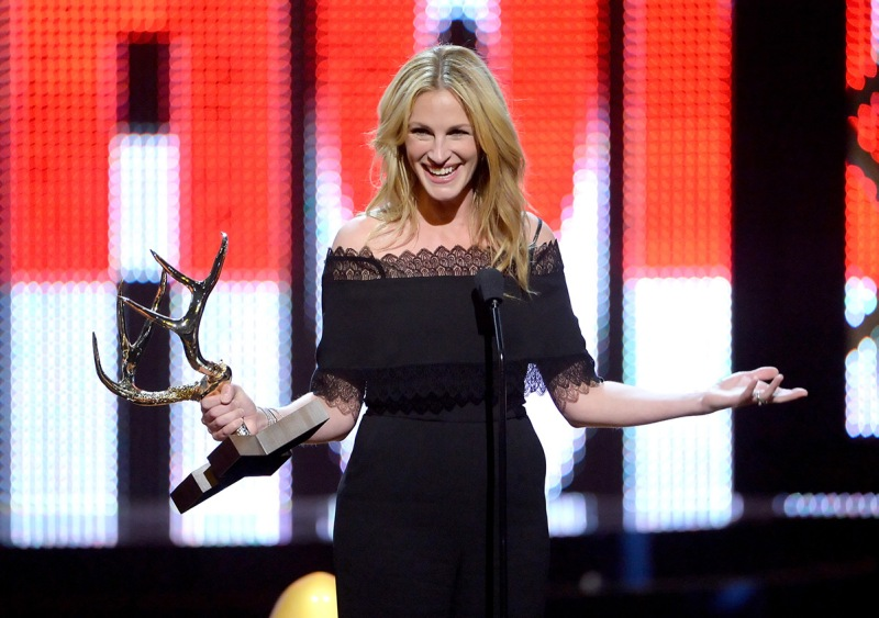 CULVER CITY, CA - JUNE 04: Actress Julia Roberts accepts the Woman of the Decade award onstage during Spike TV's 10th Annual Guys Choice Awards at Sony Pictures Studios on June 4, 2016 in Culver City, California. (Photo by Kevin Winter/Getty Images)