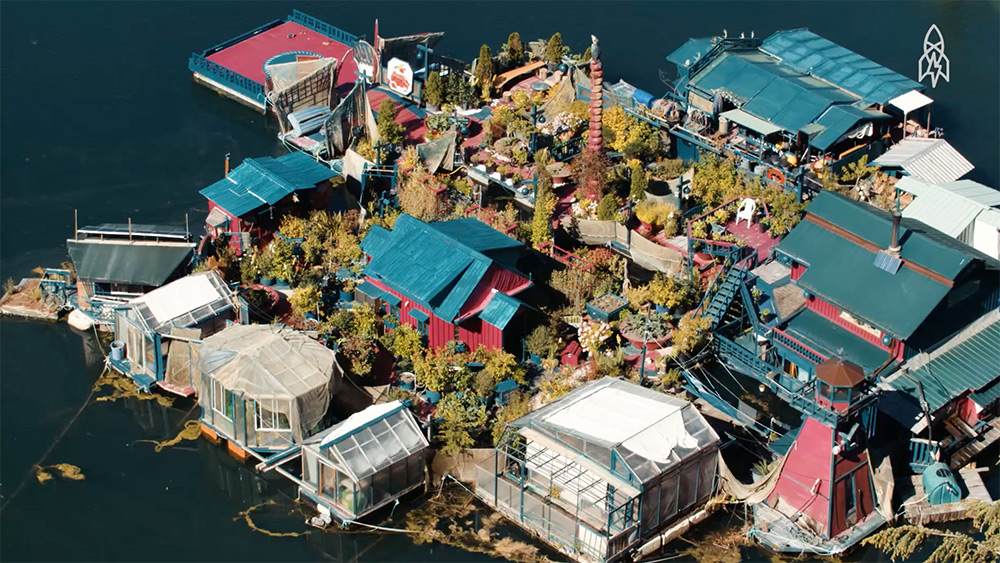 A Couple Spends 24 Years Building a Floating Island Home in Canada http://www.thisiscolossal.com/2016/08/freedom-cove-island-house/
