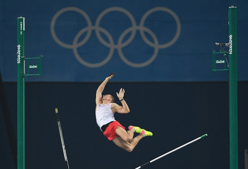 TOPSHOT - Poland's Piotr Lisek competes in the Men's Pole Vault Final during the athletics event at the Rio 2016 Olympic Games at the Olympic Stadium in Rio de Janeiro on August 15, 2016. / AFP / Johannes EISELE (Photo credit should read JOHANNES EISELE/AFP/Getty Images)
