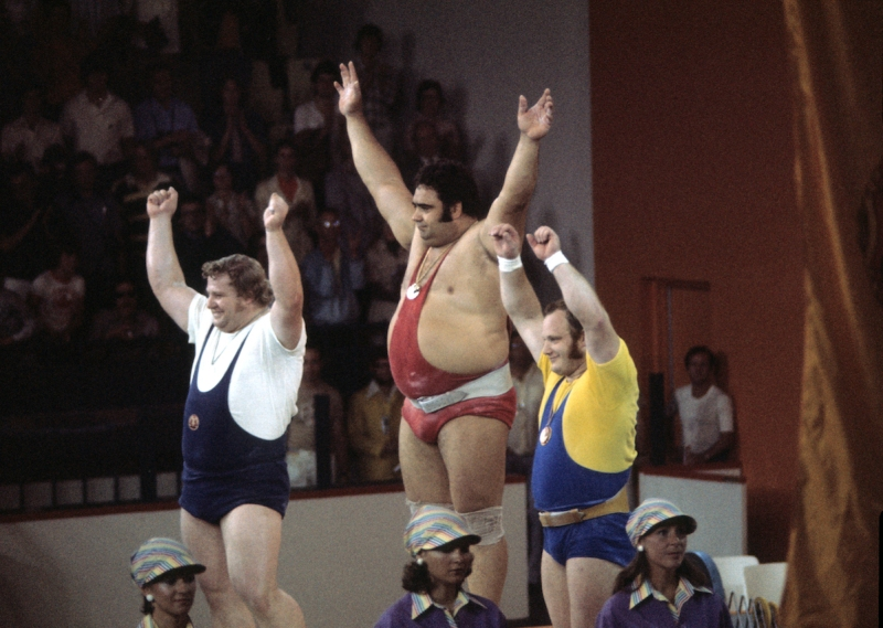 (GERMANY OUT) Superschwergewicht, Siegerehrung, v.l.:Gerd Bonk (DDR, 2.), Vassili Alexejew(URS, 1.), Helmut Losch (DDR, 3.)- Juli 1976 (Photo by Werner Schulze/ullstein bild via Getty Images)