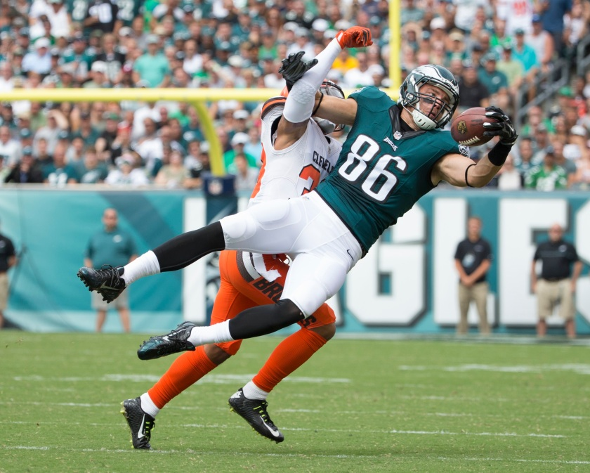 Zach Ertz #86 of the Philadelphia Eagles makes a one handed catch against Jordan Poyer #33 of the Cleveland Browns in the first quarter at Lincoln Financial Field on September 11, 2016 in Philadelphia, Pennsylvania. (Photo by Mitchell Leff/Getty Images)