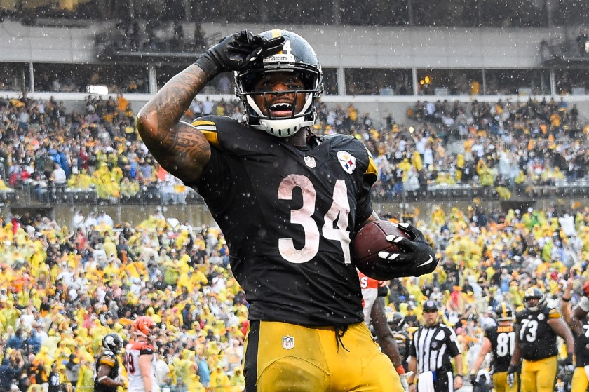 DeAngelo Williams #34 of the Pittsburgh Steelers celebrates his touchdown reception in the fourth quarter during the game against the Cincinnati Bengals at Heinz Field on September 18, 2016 in Pittsburgh, Pennsylvania. (Joe Sargent/Getty Images)