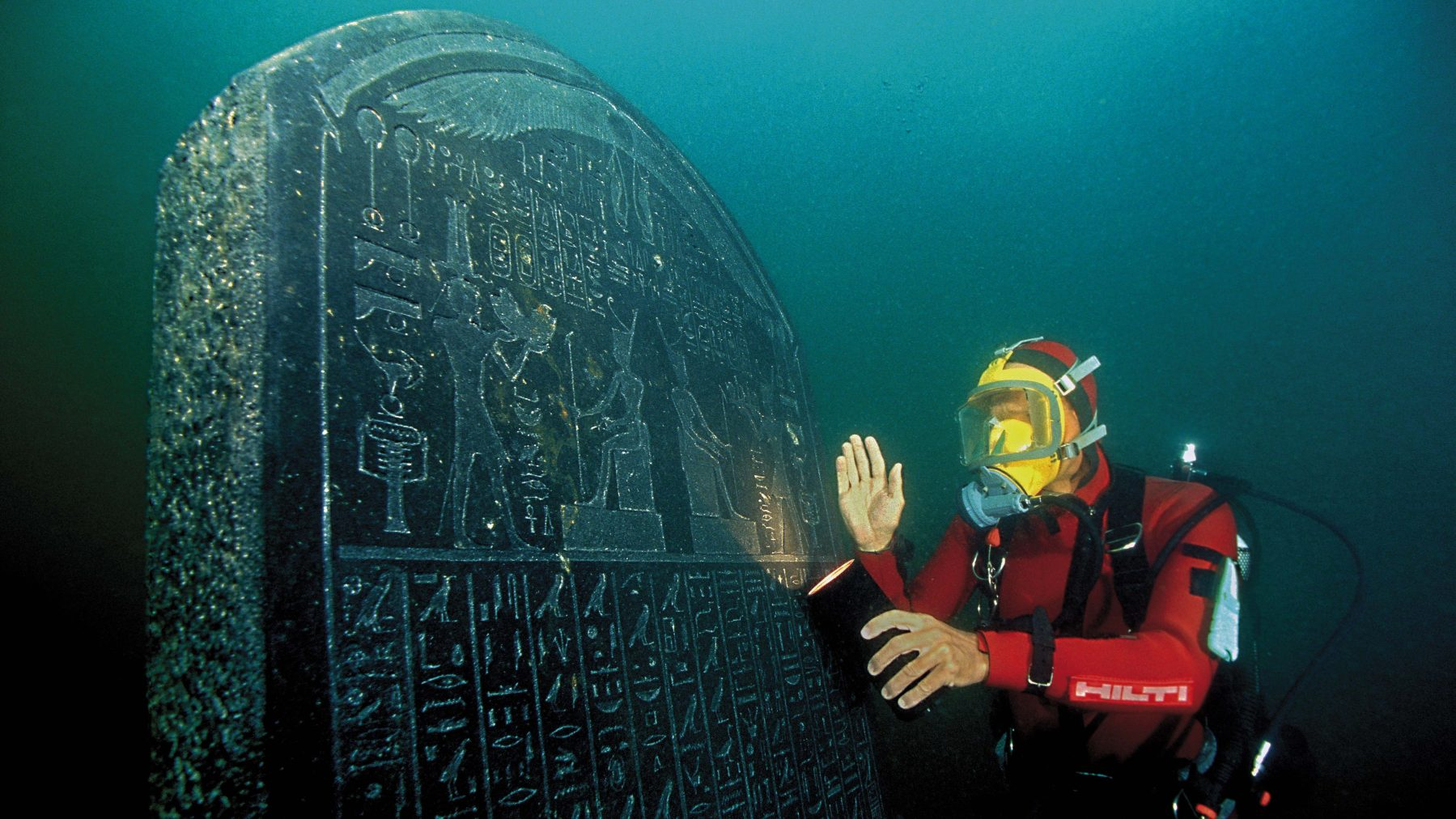 The intact stele (1.90 m) is inscribed with the decree of Saϊs and was discovered on the site of Thonis-Heracleion. It was commissioned by Nectanebos I (378-362 BC) and is almost identical to the Stele of Naukratis in the Egyptian Mu seum in Cairo. The place where it was to be situated is clearly named: Thonis-Heracleion. (Franck Goddio / Hilti Foundation)