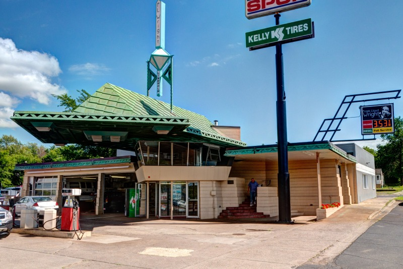 R.W. Lindholm Service Station, photographed in 2013 Mike Procario via Flickr)