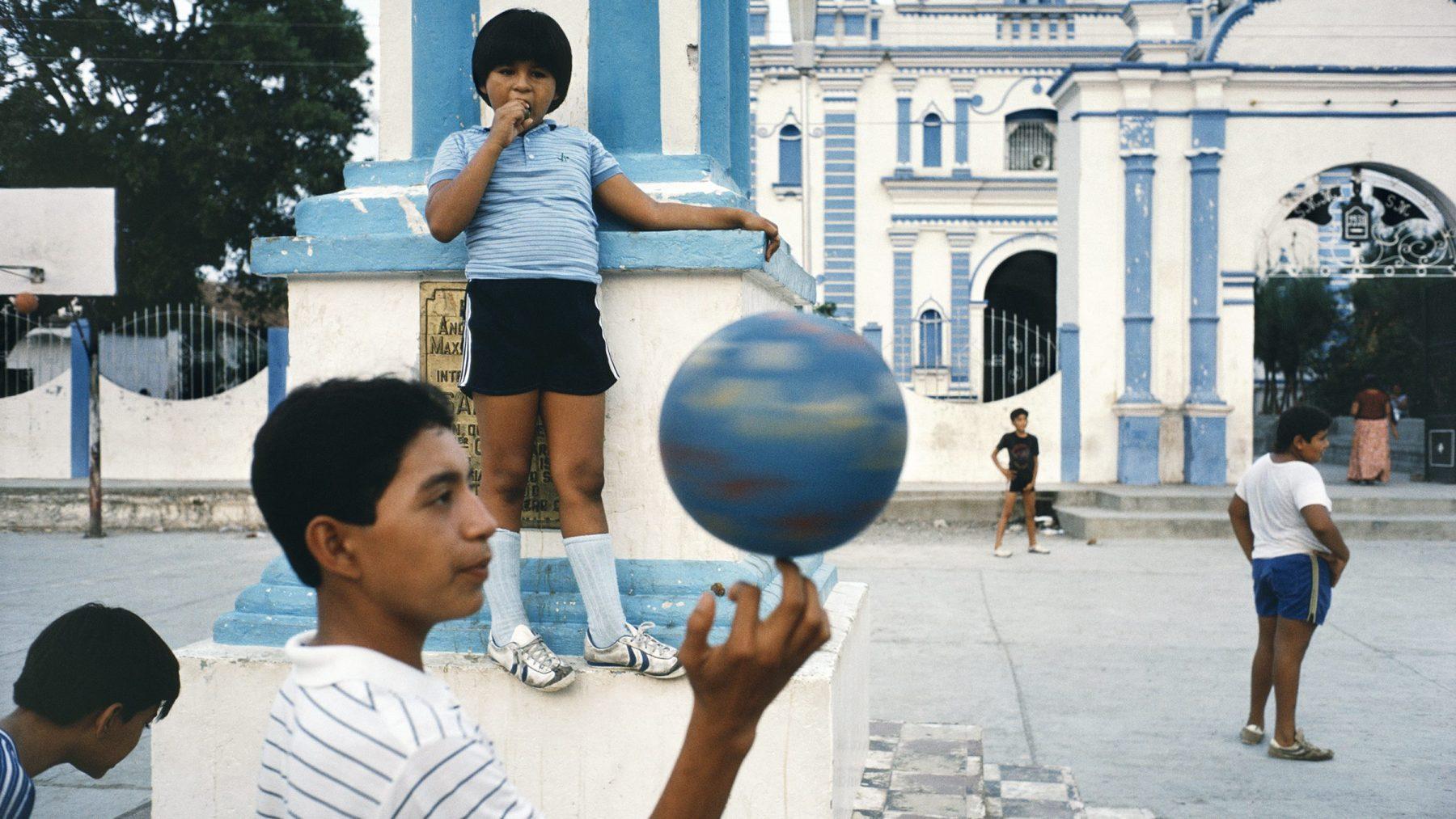 Tehuantepec, Oaxaca, 1985 (Alex Webb/Magnum Photos)