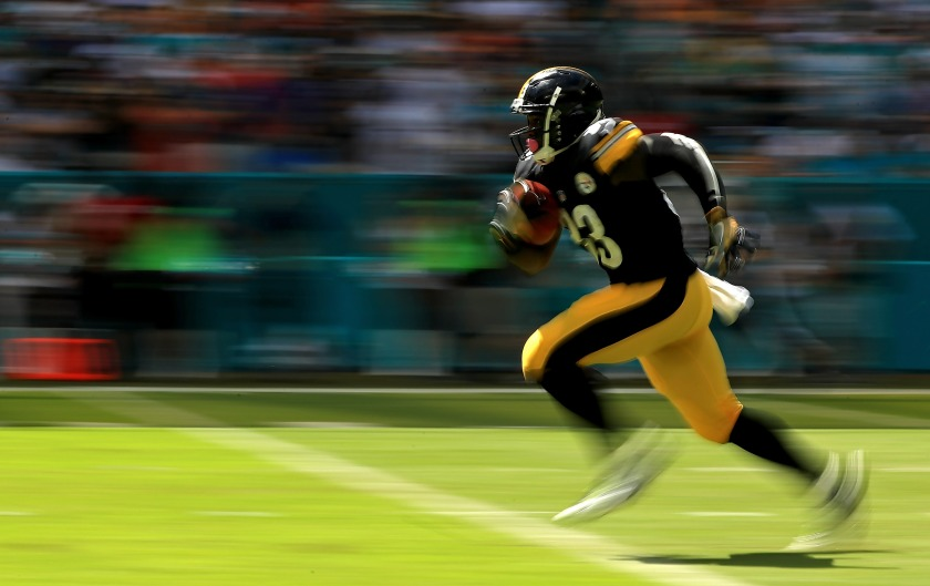 Fitzgerald Toussaint #33 of the Pittsburgh Steelers returns a kick during a game against the Miami Dolphins on October 16, 2016 in Miami Gardens, Florida. (Mike Ehrmann/Getty Images)