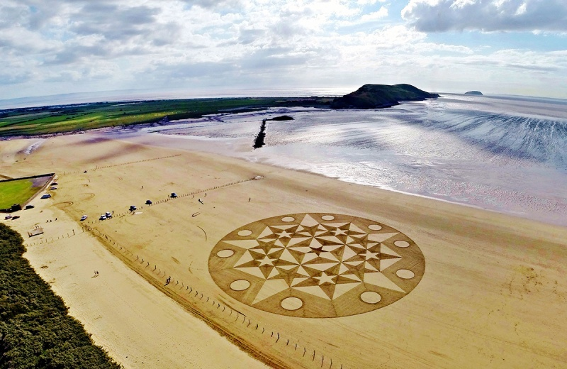 A aerial view of amazing sand art, which consists of geometrical shapes created by talented artist, Julian Richardson at Brean Down in Somerset.(Caters News)