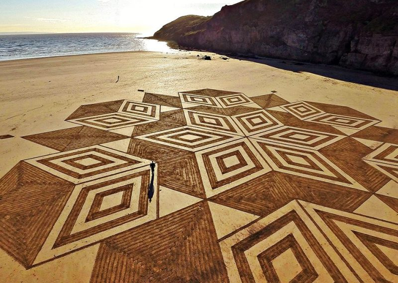 A view of amazing sand art, which consists of geometrical shapes created by talented artist, Julian Richardson at Brean Down in Somerset.(Caters News)