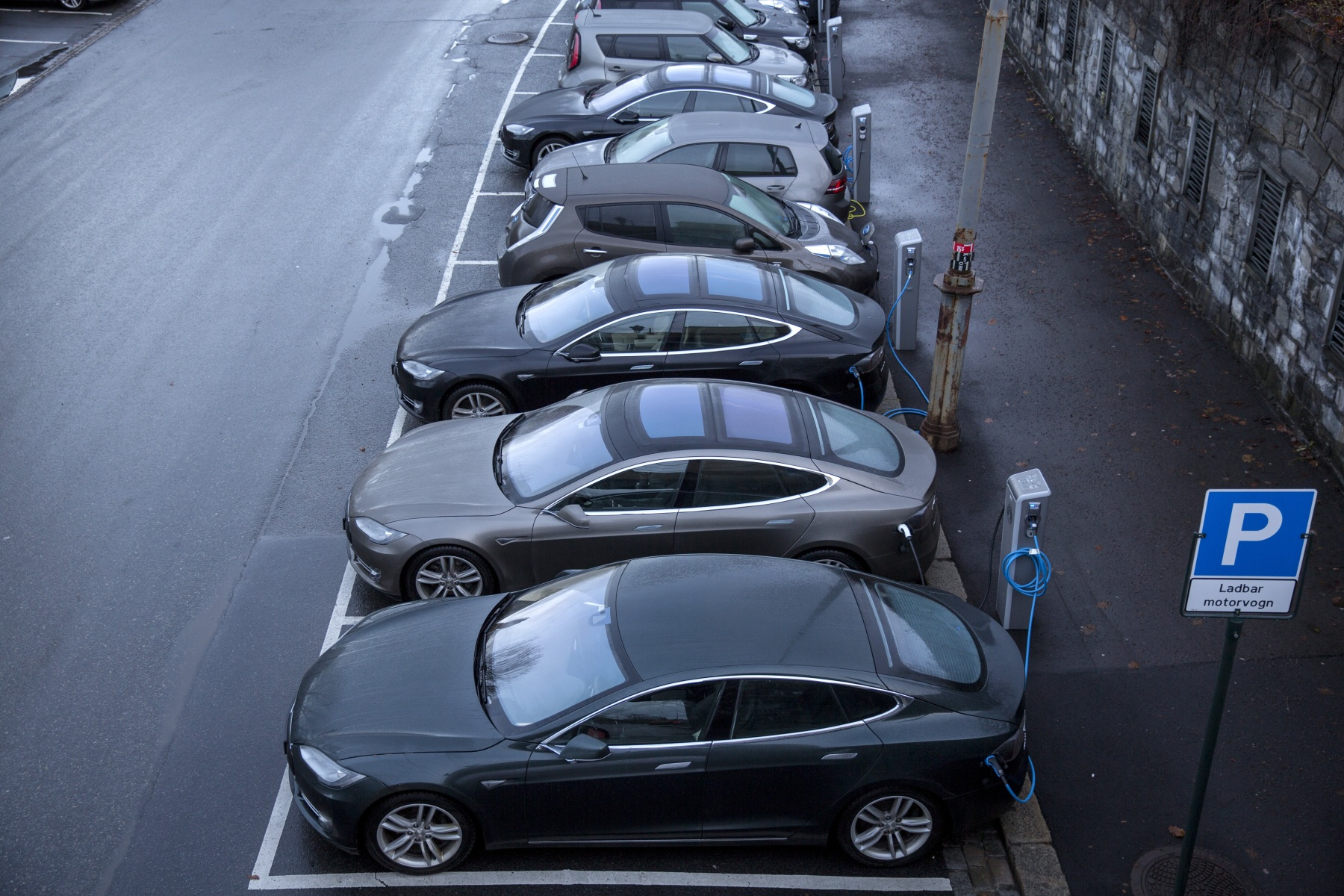 785e746f18 Electric vehicles (EV) sit parked at charging stations at Kongens gate near  Akershus festning