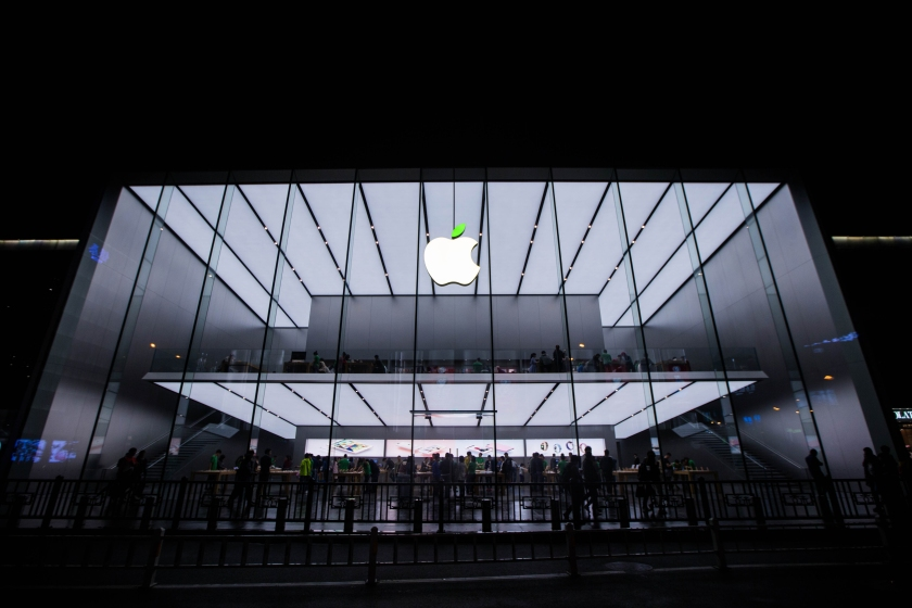 """The """"leaf"""" on the logo of Apple store turns green to welcome the World Earth Day on April 20, 2016 in Hangzhou, China. (VCG via Getty Images)"""