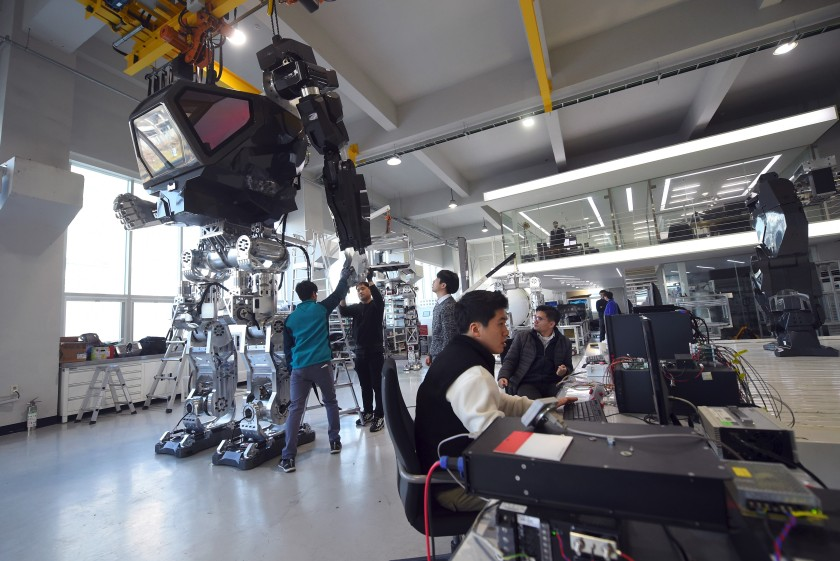 """Engineers test a four-metre-tall humanoid manned robot dubbed Method-2 in a lab of the Hankook Mirae Technology in Gunpo, south of Seoul, on December 27, 2016. The giant human-like robot bears a striking resemblance to the military robots starring in the movie """"Avatar"""" and is claimed as a world first by its creators from a South Korean robotic company. (JUNG YEON-JE/AFP/Getty Images)"""