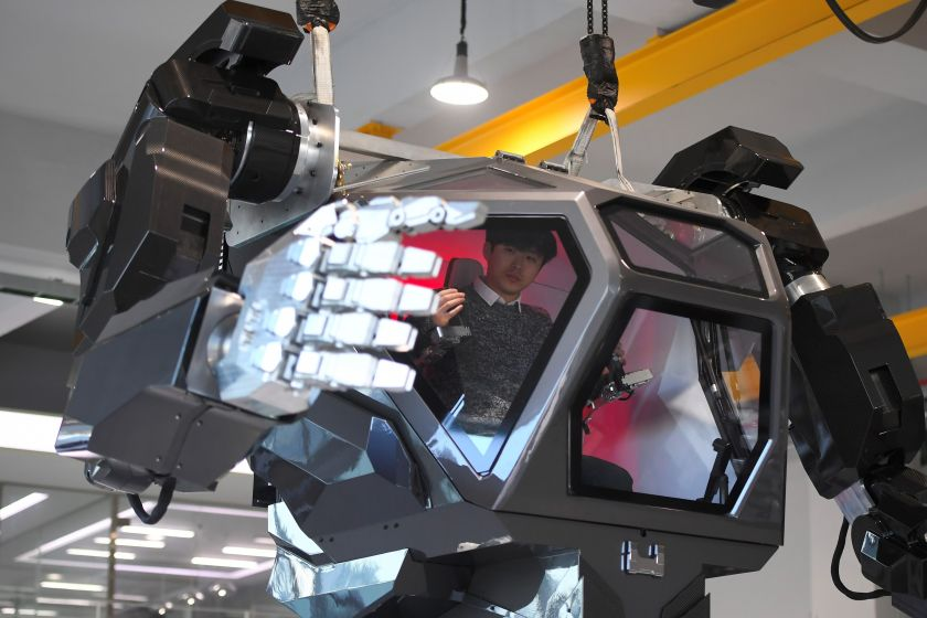 """Engineers test a four-metre-tall humanoid manned robot dubbed Method-2 in a lab of the Hankook Mirae Technology in Gunpo, south of Seoul, on December 27, 2016. The giant human-like robot bears a striking resemblance to the military robots starring in the movie """"Avatar"""" and is claimed as a world first by its creators from a South Korean robotic company. / AFP / JUNG Yeon-Je (Photo credit should read JUNG YEON-JE/AFP/Getty Images)"""