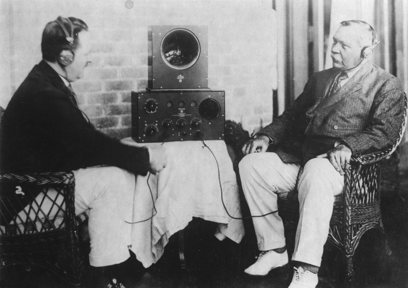 (GERMANY OUT) Doyle, Arthur Conan Sir - Doctor, Writer, GB *22.05.1859-07.07.1930+ Portrait giving a radio interview (at right) - ca. 1925 - Photographer: Walter Gircke Vintage property of ullstein bild (Photo by Gircke/ullstein bild via Getty Images)