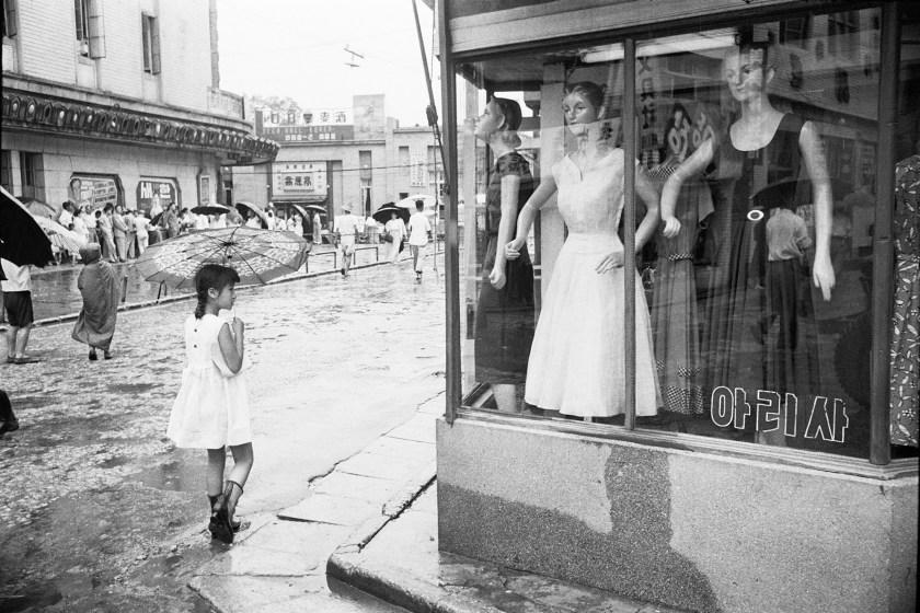 Meongdong in Seoul, Korea during 1958. (Han Youngsoo Foundation)