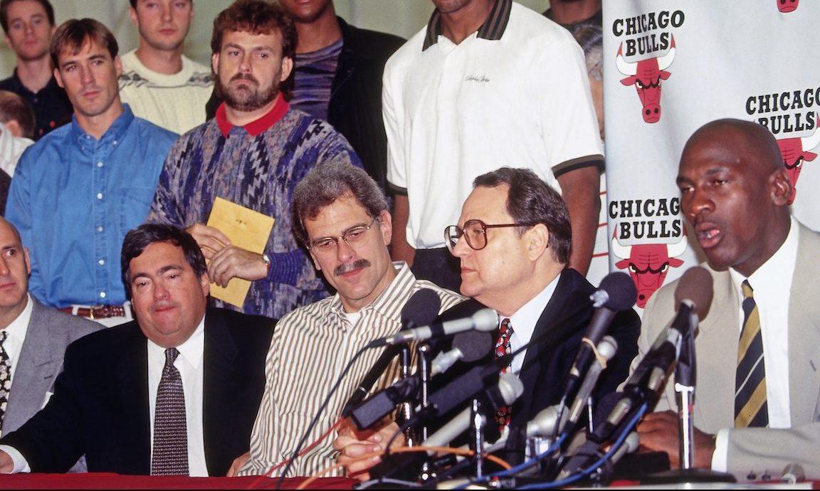 De gauche à droite: Jerry Krause, Phil Jackson, Jerry Reinsdorf et Michael Jordan. Conférence de presse de la retraite de Michael Jordan (6 octobre, 1993)