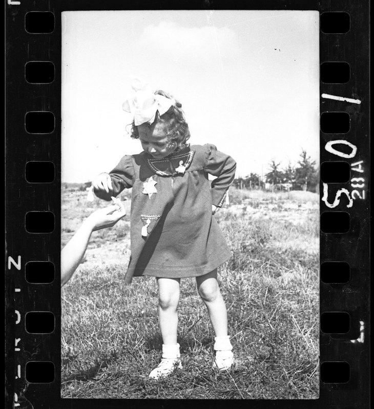 Lodz ghetto: Young girl (Henryk Ross/Art Gallery of Ontario)