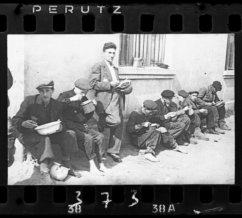 "Lodz ghetto: ""Soup for lunch"" (Henryk Ross/Art Gallery of Ontario)"