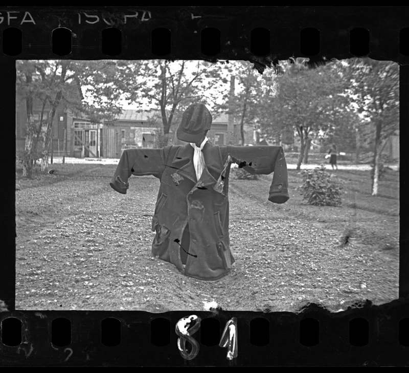 Lodz ghetto: Scarecrow with yellow Jude star (Henryk Ross/Art Gallery of Ontario)