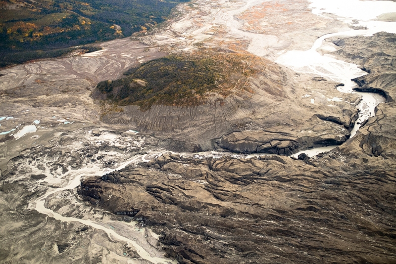 An aerial view of the ice canyon that now carries meltwater from the Kaskawulsh Glacier, seen here on the right, away from the Slims River and toward the Kaskawulsh River. (Dan Shugar/University of Washington Tacoma)