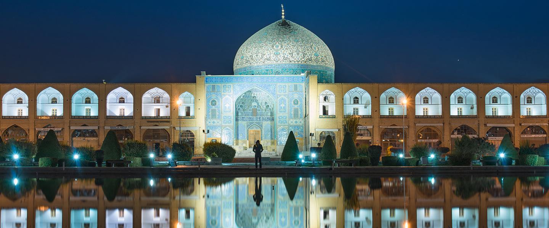 Sheikh Lotfollah Mosque at night