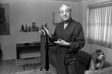 Rodney Dangerfield in his apartment circa 1978 in New York City. (Allan Tannenbaum/IMAGES/Getty Images)
