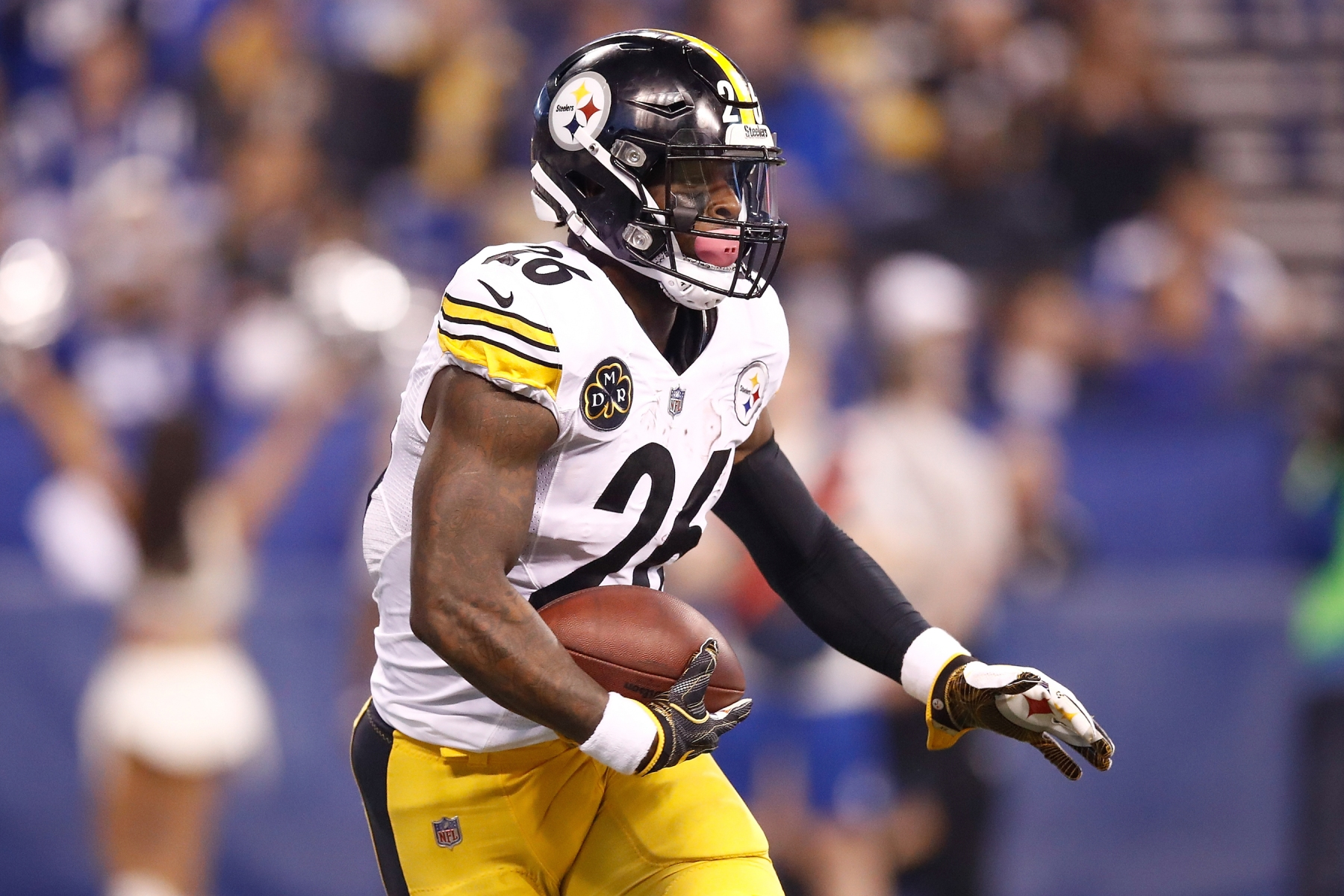 Le'Veon Bell #26 of the Pittsburgh Steelers runs with the bal against the Indianapolis Colts during the first quarter at Lucas Oil Stadium on November 12, 2017 in Indianapolis, Indiana.  (Photo by Andy Lyons/Getty Images)
