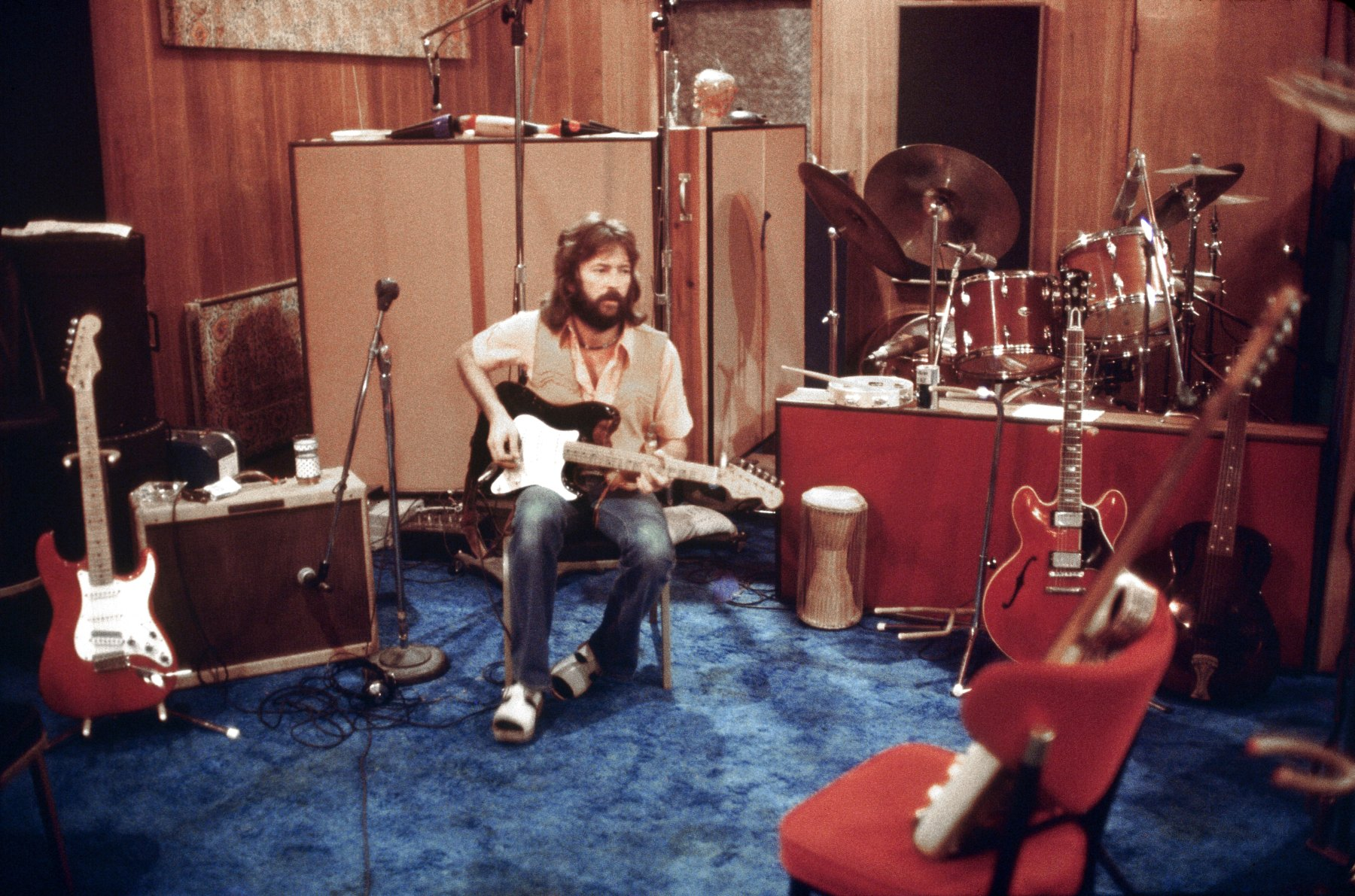 "Musician Eric Clapton records ""No Reason To Cry"" at Shangri La recording studio on November 21, 1975 in Malibu, California. (Ed Caraeff/Getty Images)"