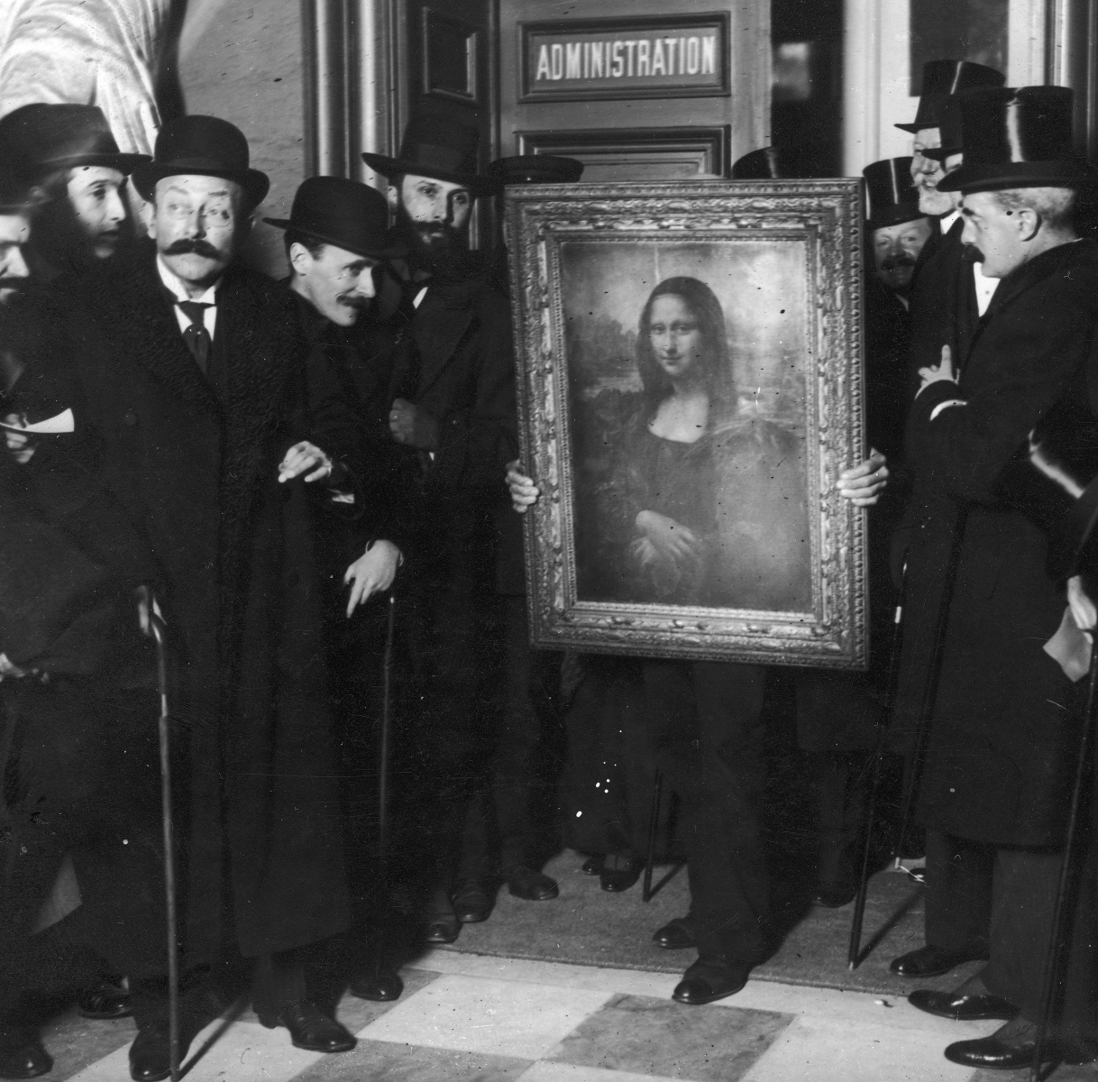 Officials gather around Leonardo da Vinci's 'Mona Lisa' (aka 'La Gioconda' or 'La Joconde') upon its return to Paris, 4th January 1914. It was stolen from the Musee du Louvre by Vincenzo Peruggia in 1911, and has only just been recovered. (Paul Thompson/FPG/Archive Photos/Getty Images)