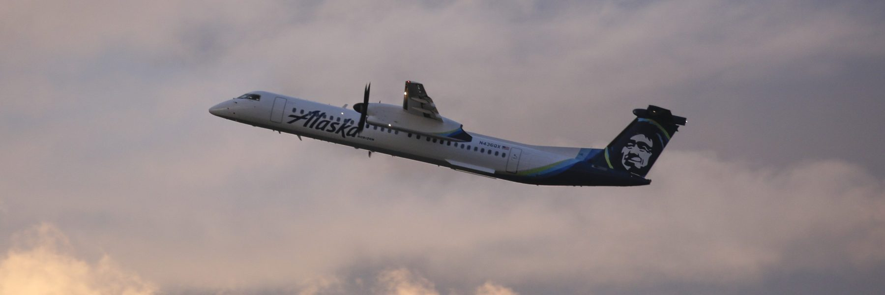 An Alaska Airlines Bombardier Dash 8 Q400 operated by Horizon Air takes off from at Seattle-Tacoma International Airport International Airport one day after Horizon Air ground crew member Richard Russell took a similar plane from the airport in Seattle, Washington on August 11, 2018.  (Photo by Jason Redmond / AFP)