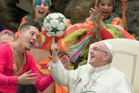 Pope Francis juggles with a ball with a performer from the circus of Cuba during weekly general audience in Paul VI hall on January 2, 2019 at The Vatican.  (Photo by Massimo Valicchia/NurPhoto via Getty Images)
