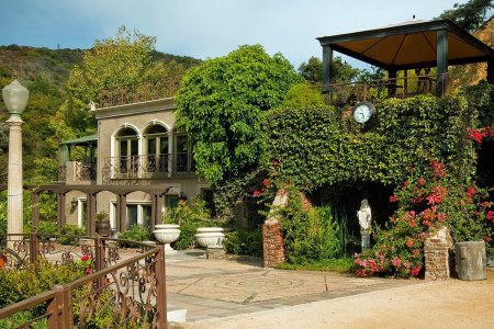 The Eight Best LA Airbnbs for Your Holiday <s>House</s>guests