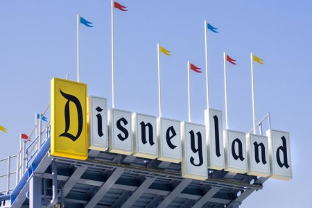 How to Never Wait in Long Lines at Disneyland, in Four Steps