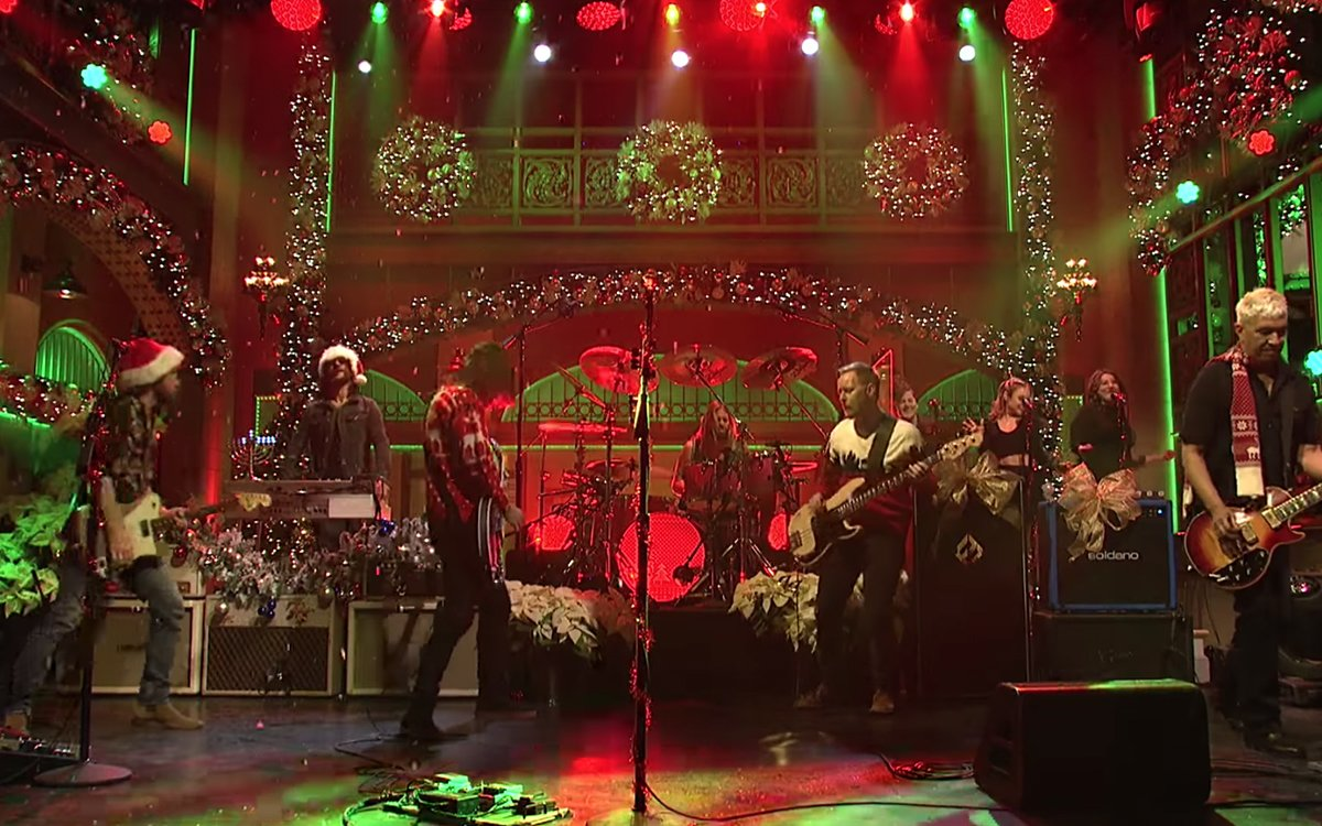 Foo Fighters Snl Christmas.Foo Fighters Wear Ugly Christmas Sweaters On Snl In Video