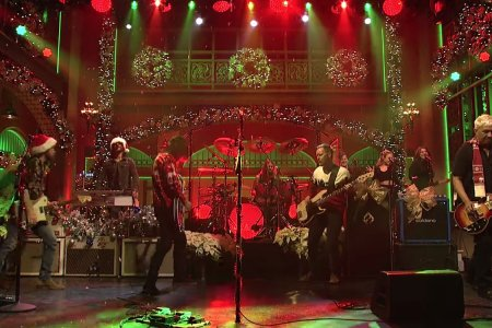 Watch the Foo Fighters Turn Some XMas Tunes Up to 11 on SNL