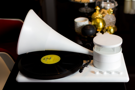 This Vinyl Player Turns Into a Portable Speaker in Seconds