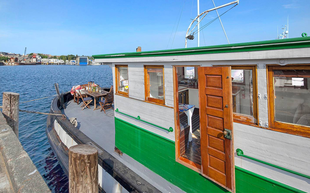 The 7 Best Airbnbs On Water