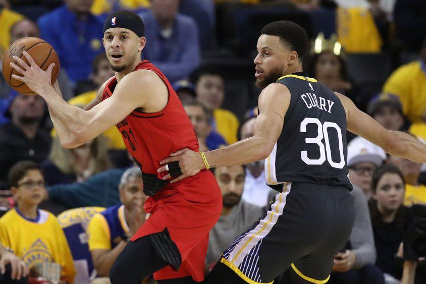 Seth Curry controls the ball against Steph Curry (Ezra Shaw/Getty)