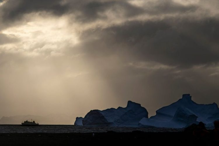 315-Billion-Ton D-28 Iceberg Breaks Off From Antarctic Ice Shelf
