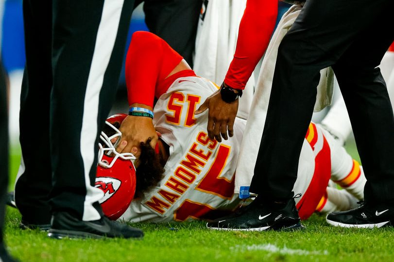 "Patrick Mahomes Injures Knee on ""Thursday Night Football"""