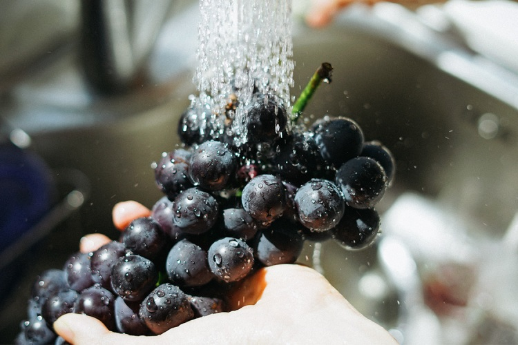 Does Rinsing Fruit and Vegetables Actually Do Anything?