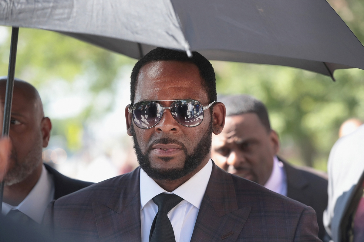 R&B singer R. Kelly leaves the Leighton Criminal Courts Building following a hearing on June 26, 2019 in Chicago, Illinois.