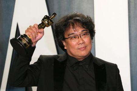 """Parasite"" director Bong Joon-ho poses with the Oscar for Best Screenplay for ""Parasite"" as he attends the 2020 Vanity Fair Oscar Party following the 92nd Oscars at The Wallis Annenberg Center for the Performing Arts in Beverly Hills on February 9, 2020. (Photo by Jean-Baptiste Lacroix / AFP) (Photo by JEAN-BAPTISTE LACROIX/AFP via Getty Images)"